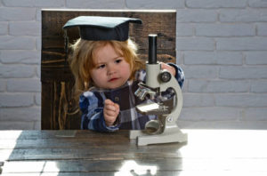 Mały naukowiec z mikroskopem